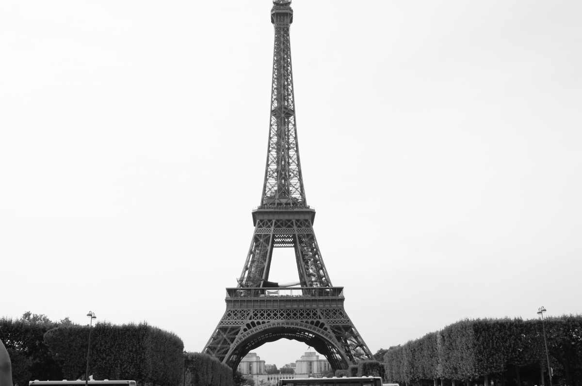 Eiffel tower visit tips photos paris france escape for Places to stay in paris near eiffel tower